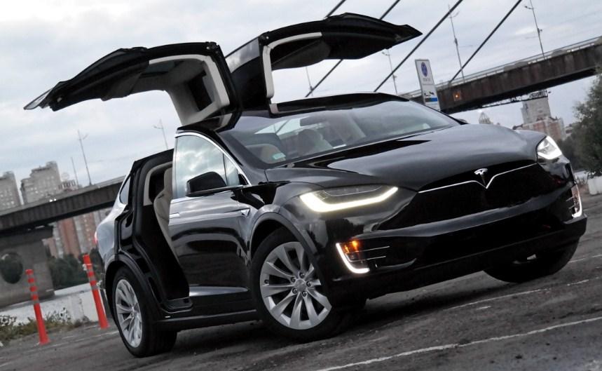 Даниэль Негреану Tesla X