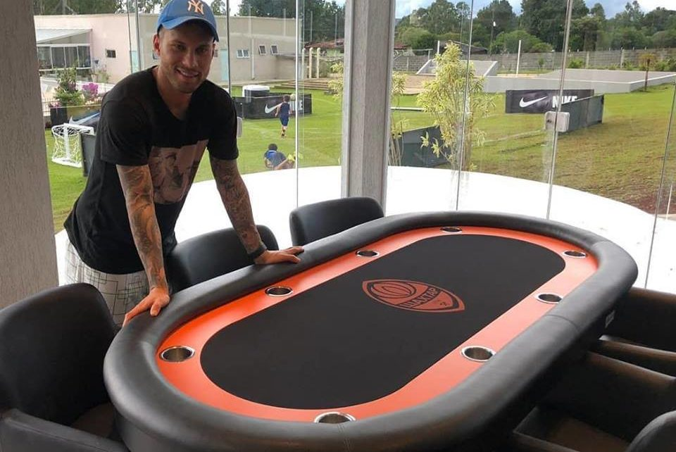 Марлос купил покерный стол